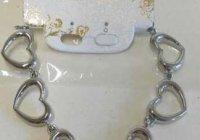 Kovový náramek ze šesti srdcovými články a bílým štítkem se zlatým písmem. 67875a4382d